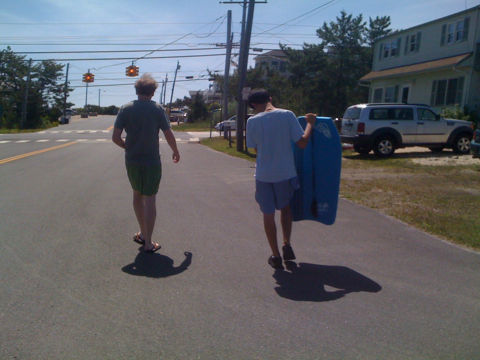 Jim and Charlie walking to the beach avec boogie board